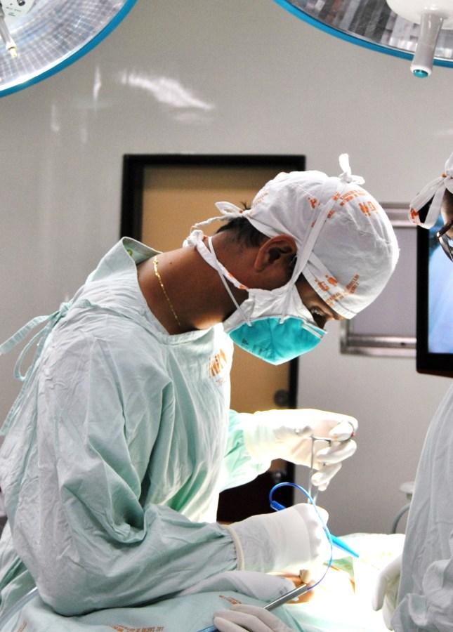 Dr. Wilfredy Castaño Ruiz, thoracic surgeon at Hospital General de Medellin