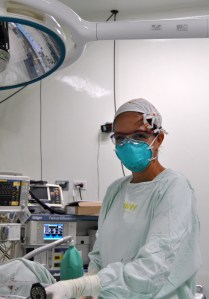 Enf. Luz Echaverria assists Dr. Wilfredy Castaño Ruiz during surgery.