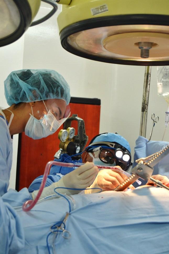 Dr. Salgua assists Dr. Barbosa